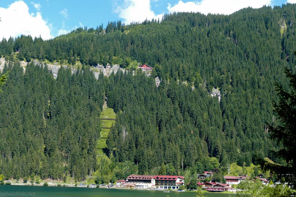 Oben die Berghütte Adlerhorst, unten der Ortsausgang von Haller vom Süduferweg aus gesehen