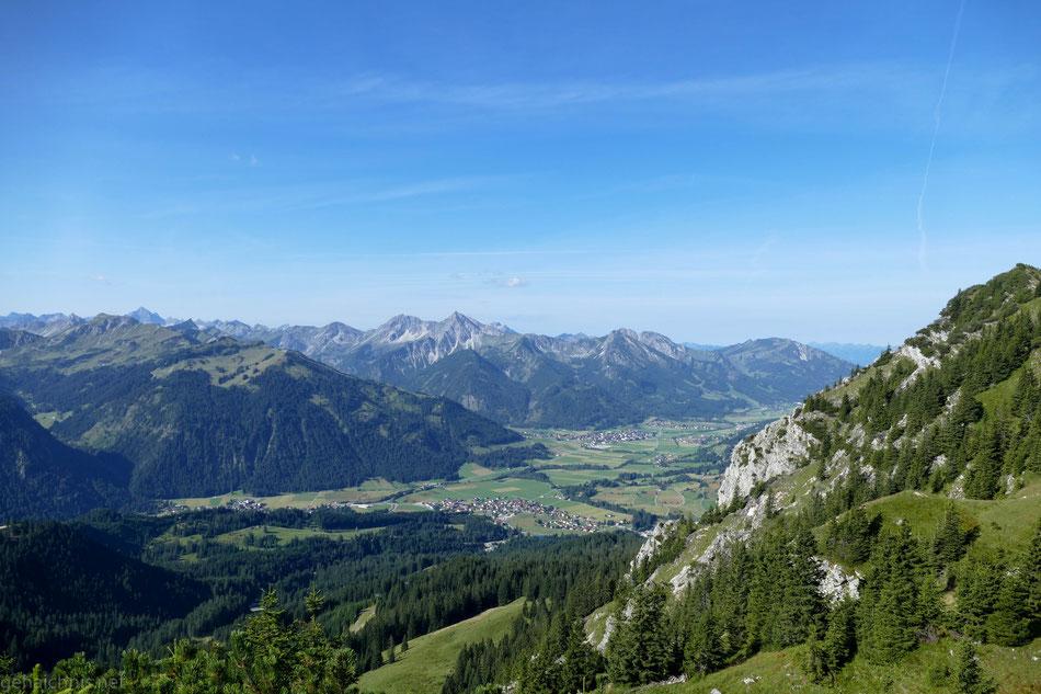 Blick auf Grän (im Vordergrund) und Tannheim (im Hintergrund) mit Neunerköpfle links