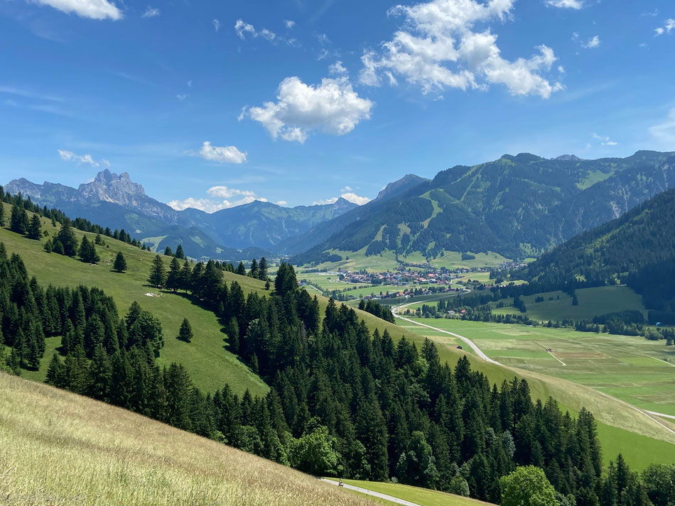 Blick nach Tannheim auf dem Weg vom Berggasthof hinab nach Zöblen
