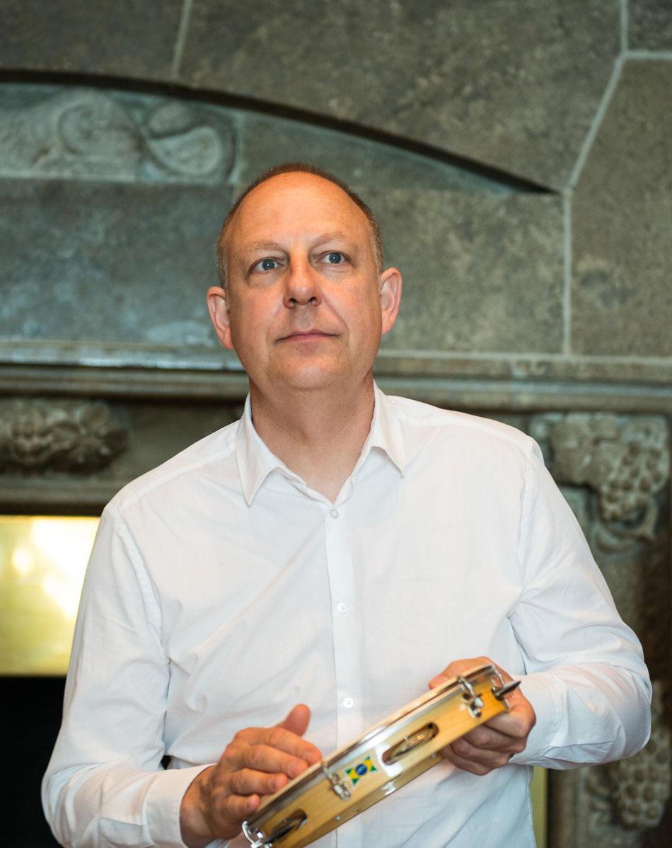 Schlagzeuger, Percussionist, Drumbook Autor, Arrangeur und Komponist Jürgen Peiffer mit der Lateinamerikanischen Band Emocoa