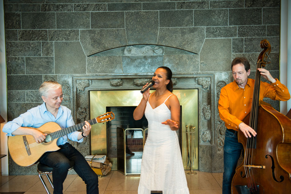 Die lateinamerikanische Jazzband Emocao begleitet Firmenevents mit stilvoller Hintergrundmusik aus Brasilien und Lateinamerika mit Sängerin Felicia Touré