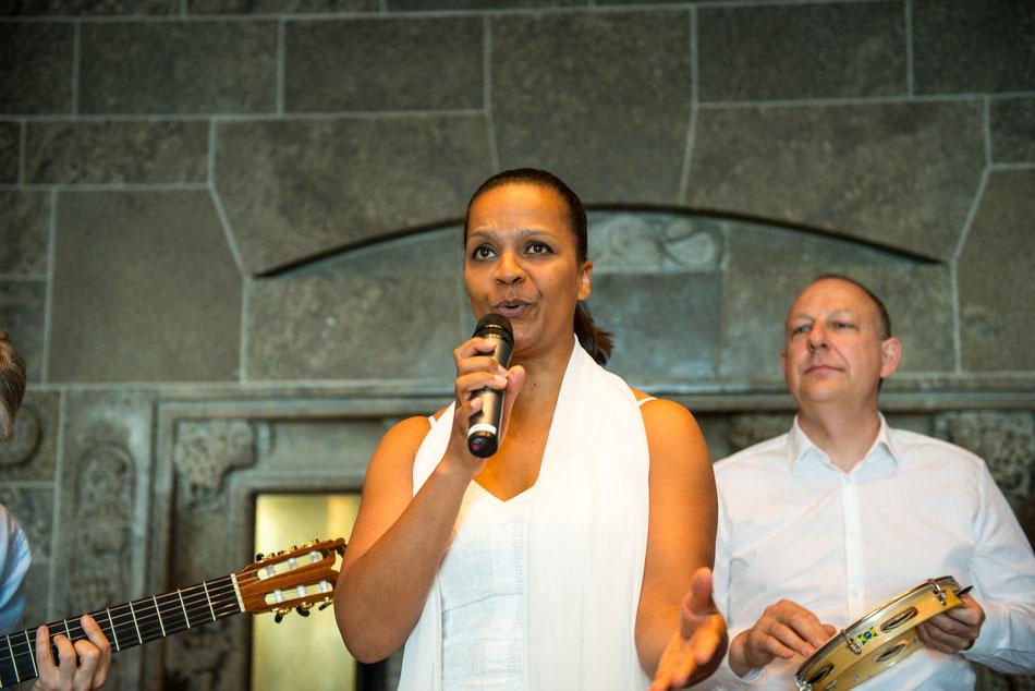 Sängerin Felicia Touré und Percussionist Jürgen Peiffer mit dem Latin-Quartett Emocoa