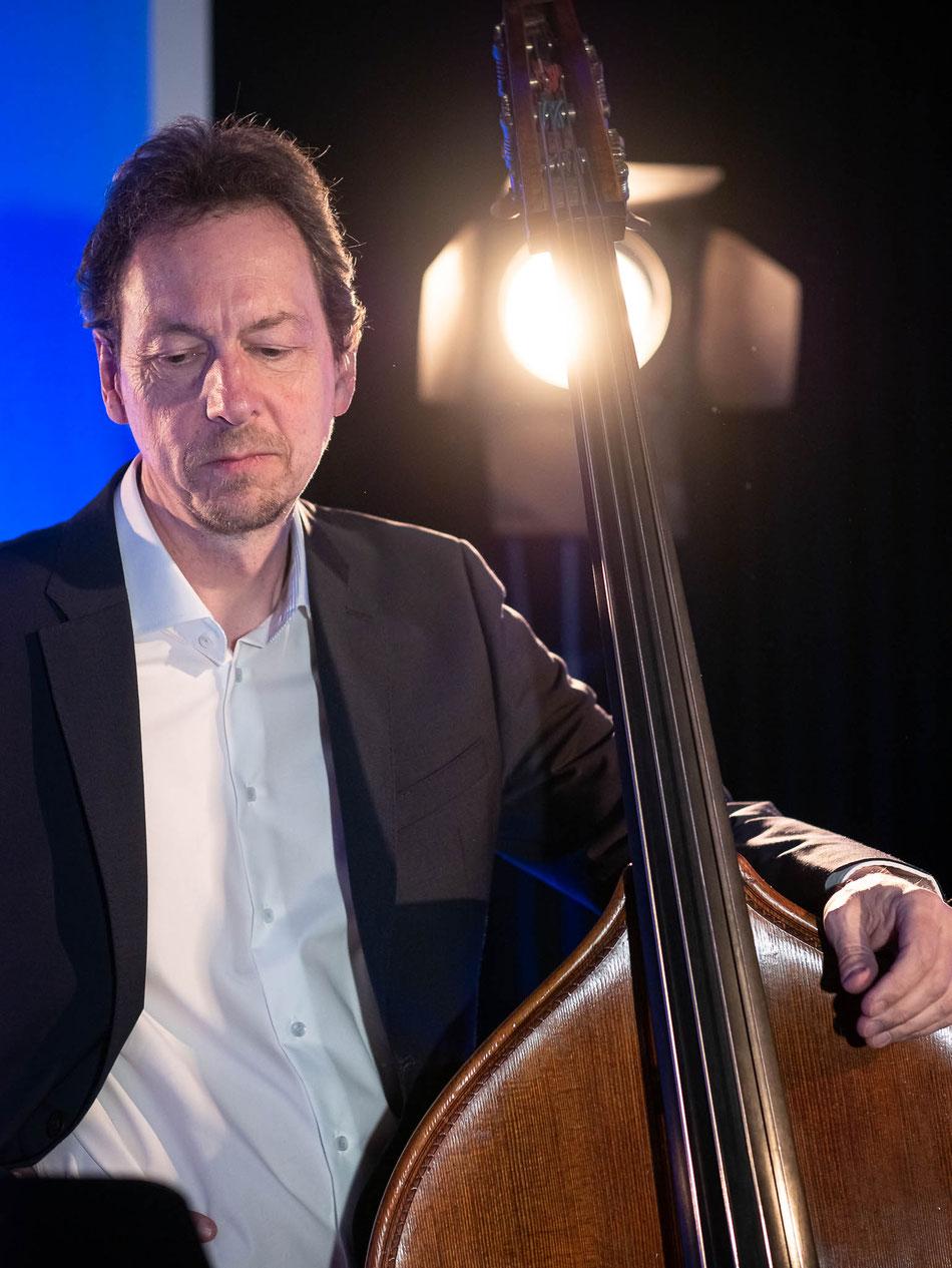 Kontrabassist Fritz Roppel mit der Latinband Emocao