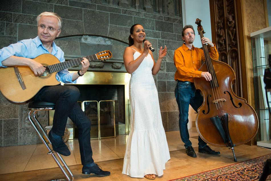 Brasilianische Band Emocao mit Jazzsängerin Felicia Touré, Gitarrist Rolf Marx und Kontrabassist Fritz Roppel im Steigenberger Hotel Petersberg