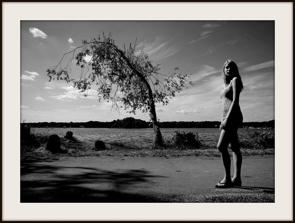 #028 - Tree And Girl (2013-07-17) - Fine Art Print auf Shil Masterclass Baryta 290, archivfest, naturweiß, gepuffert, schwarzer Galerierahmen mit Passepartout