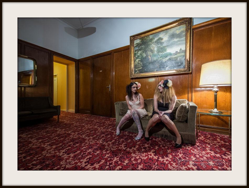 #006 Hotel Pixies - Fine Art Print auf Museo Silver Rag, 100% Baumwolle, Naturweiß, gepuffert, schwarzer Galerierahmen mit Passepartout