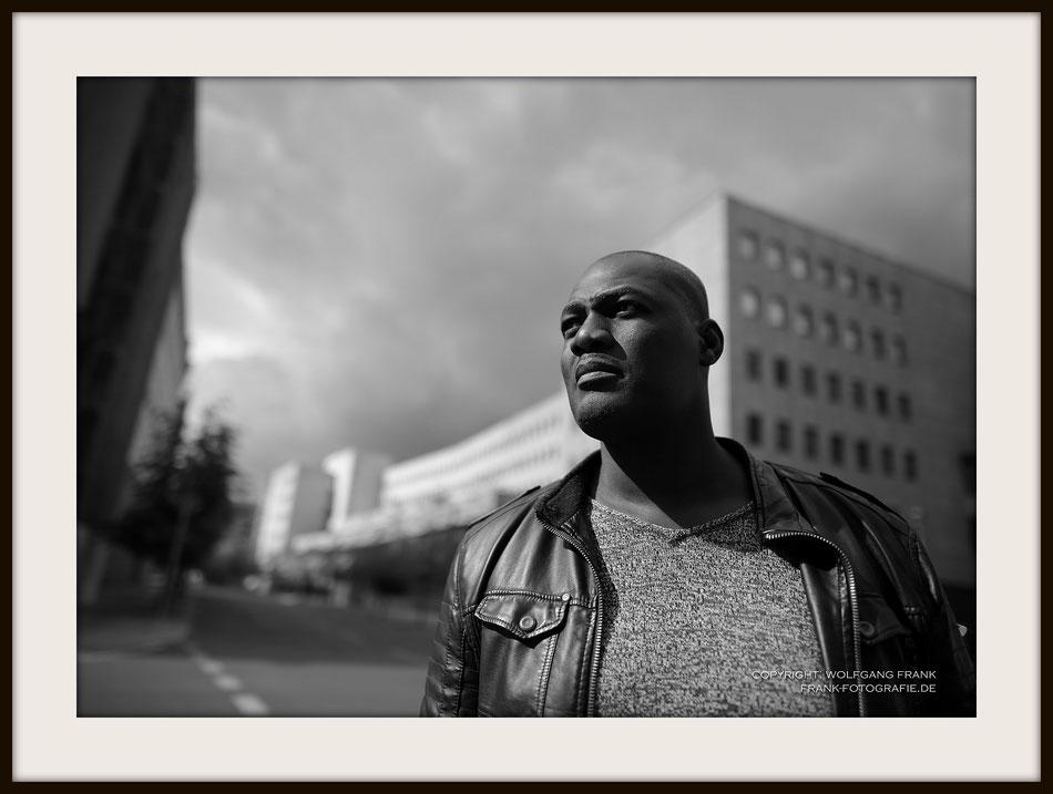 #036 Male Portrait In The Street - Fine Art Print auf Shil Masterclass Baryta 290, archivfest, naturweiß, gepuffert, schwarzer Galerierahmen mit Passepartout