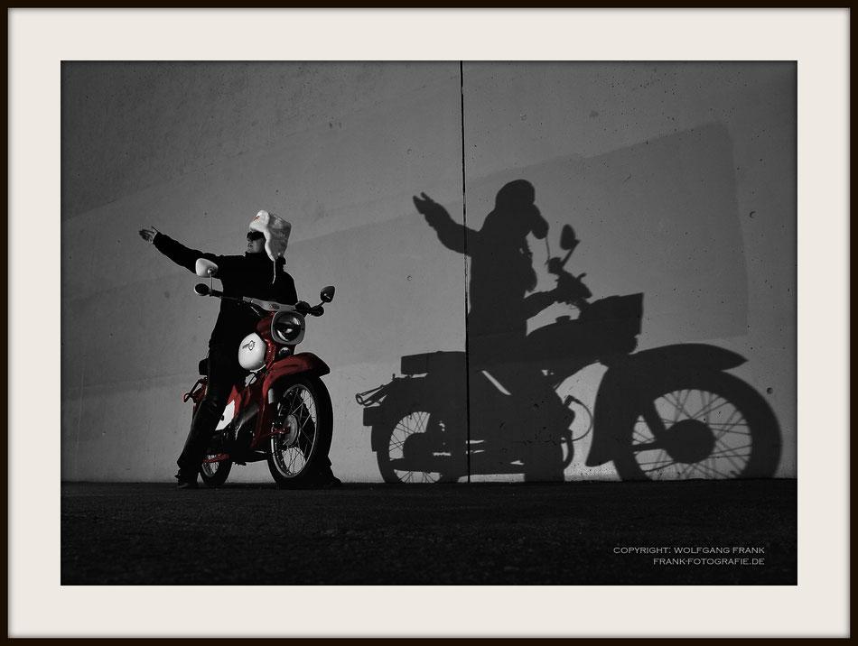 #025 - Shadow Of The East (2013-09-17) - Fine Art Print auf Shil Masterclass Baryta 290, archivfest, naturweiß, gepuffert, schwarzer Galerierahmen mit Passepartout