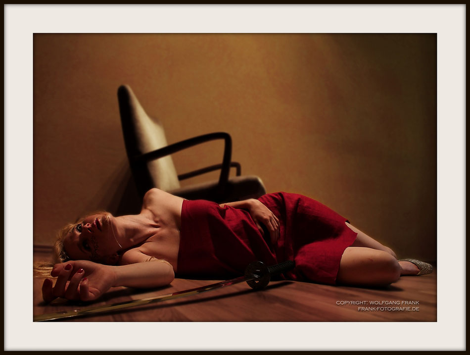 #003 Dead In Red (2012-06-28) Fine Art Print auf Museo Silver Rag, 100% Baumwolle, Naturweiß, gepuffert, schwarzer Galerierahmen mit Passepartout