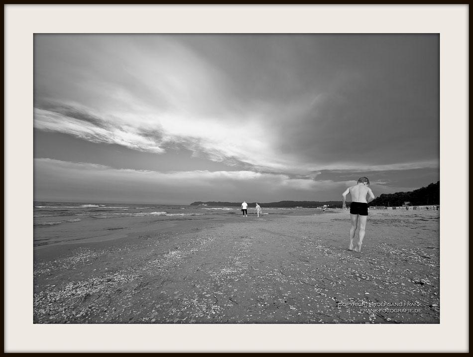 #011 - Boy At The Beach (2014-07-26) - Fine Art Print auf Shil Masterclass Baryta 290, archivfest, naturweiß, gepuffert, schwarzer Galerierahmen mit Passepartout
