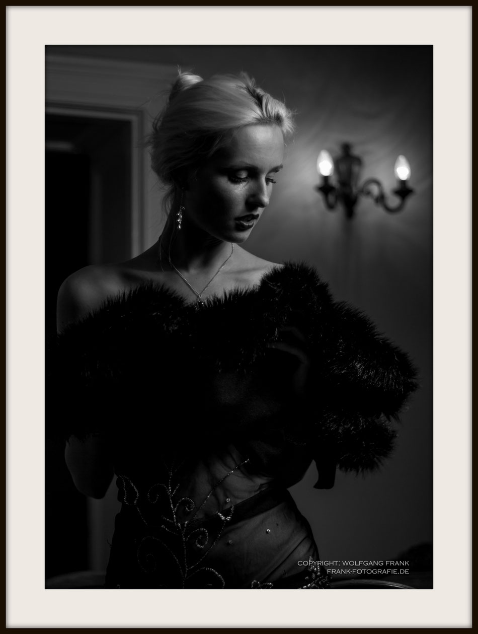 #037 Kitty At Sally Bowles - Fine Art Print auf Shil Masterclass Baryta 290, archivfest, naturweiß, gepuffert, schwarzer Galerierahmen mit Passepartout