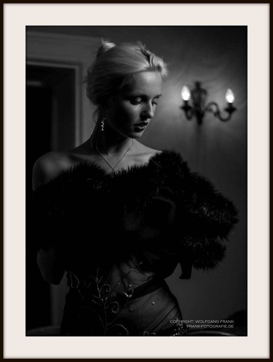 #037 Kitty At Sally Bowles - Fine Art Print auf Shil Masterclass Baryta 290, archivfest, naturweiß, gepuffert, schwarzer Galerierahmen mit Passepartout