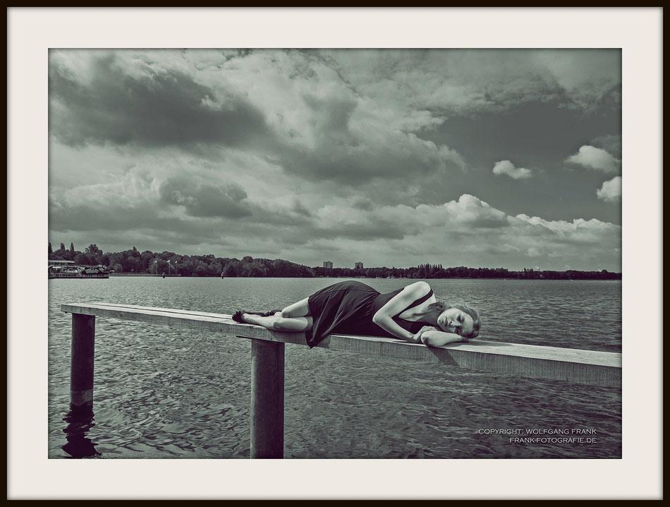 #012 (2015-07-21) Sleeping At Tegeler See - Fine Art Print auf Shil Masterclass Baryta 290, archivfest, naturweiß, gepuffert, schwarzer Galerierahmen mit Passepartout
