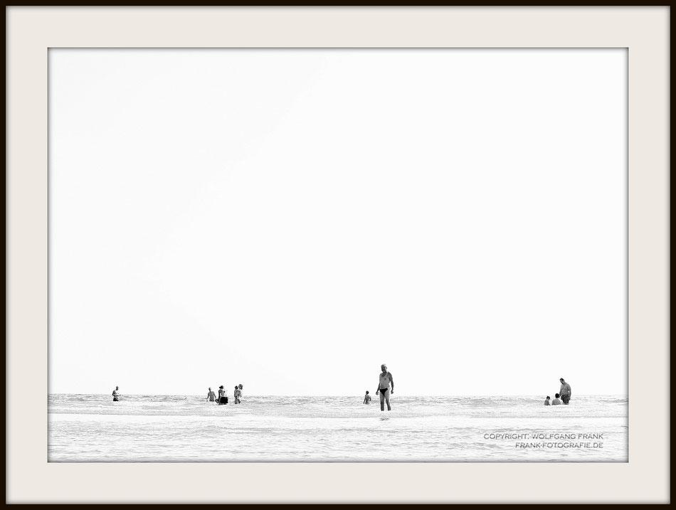 #009 - At The Beach I (White Series) (2014-07-27) - Fine Art Print auf Shil Masterclass Baryta 290, archivfest, naturweiß, gepuffert, schwarzer Galerierahmen mit Passepartout