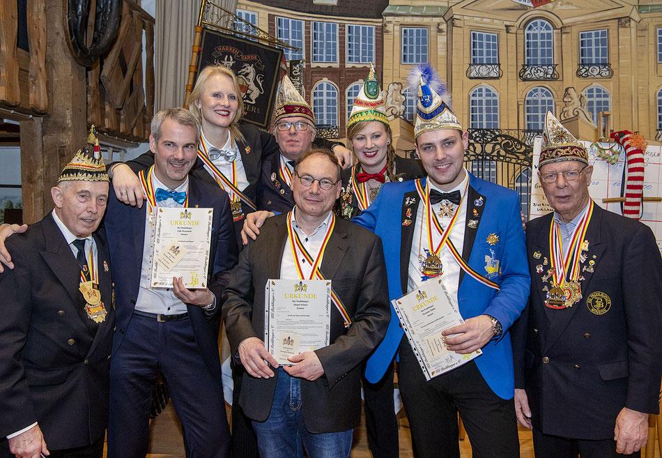 Zu den bestandenen Prüfiungen gratulierten Senatsführer Ernst Eckey (l.), Präsident Rüdiger Holtmann ((hinten, 2.v.l.) und Vizepräsident Josef Kafille (r.) den Senatoren Falk Westerholt, Maike Morbach, Jürgen Felmet, Janina Vennemann und Alex Möller.