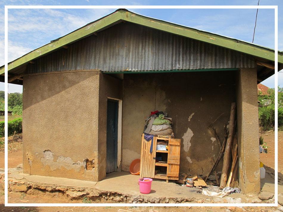 Das Lehrerhaus sollte eigentlich Instand gesetzt werden. Leider ist es mittlerweile eingestürzt und muss neu gebaut werden.