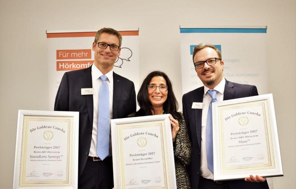Die dreifach ausgezeichnete Starkey GmbH: Markus Böcker (lks.) und Stephan Gebhardt freuen sich über die Urkunden, überreicht durch Tannassia Reuber von der Individual Akustiker Service GmbH.