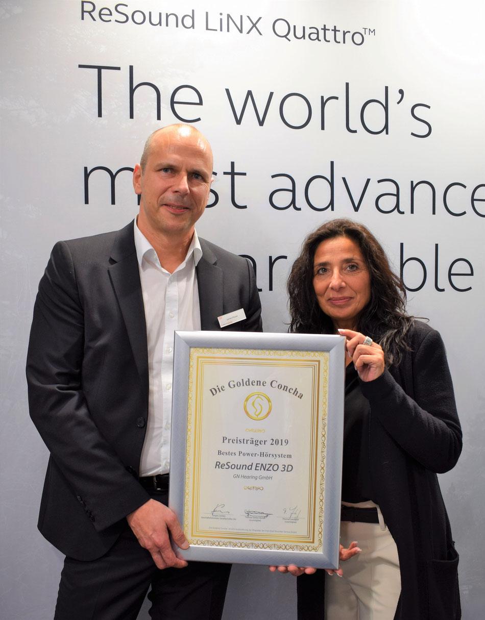 Geschäftsführer Jochen Meuser von der GN Hearing GmbH freut sich über die Sieger-Urkunde aus der Hand von Tannassia Reuber, Geschäftsführerin der Individual Akustiker Service GmbH.