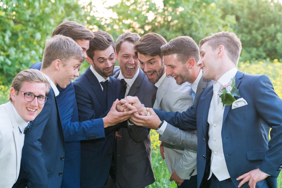 toller ring, bräutigam, staunen, wahnsinn, freude, hochzeit, außergewöhnliche hochzeitsfotos