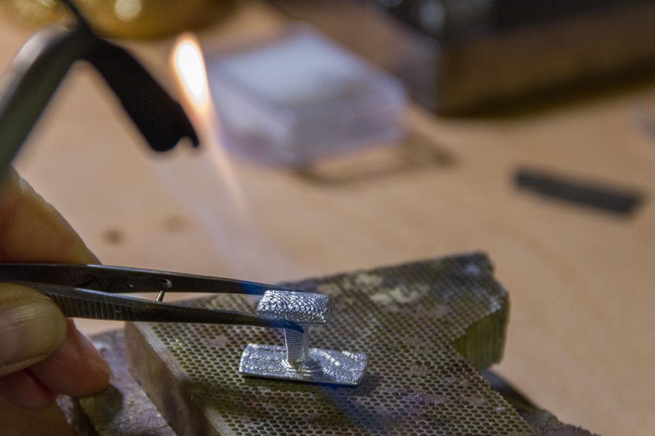 Herstellung von Manschettenknöpfen aus Silber, löten von Silbermanschettenknöpfen