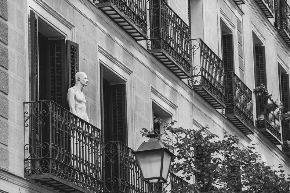 Maniquíes en los balcones de Chueca, Madrid.
