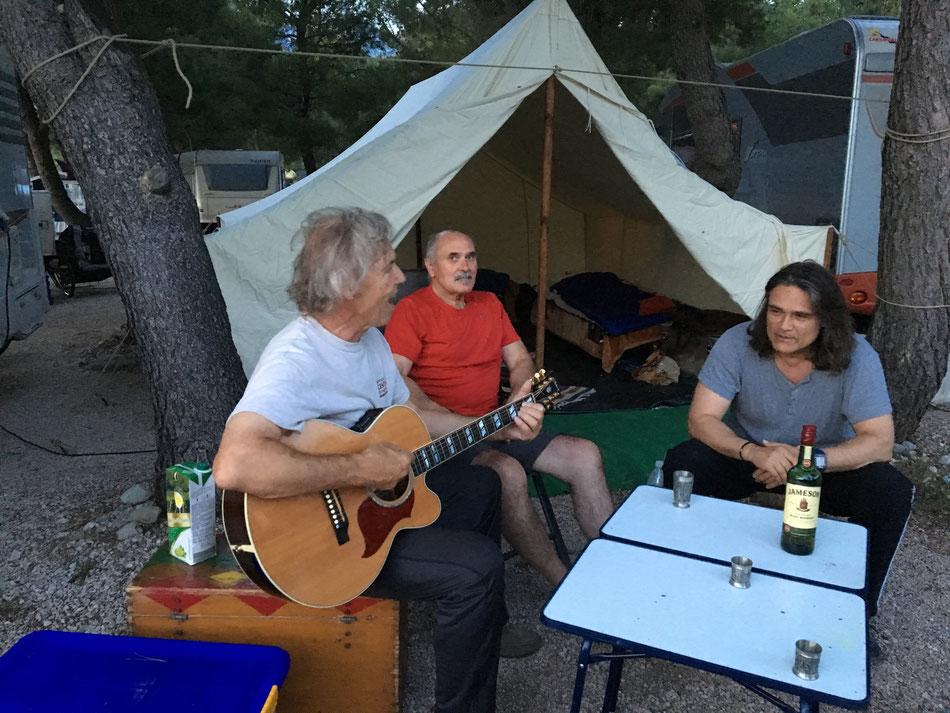 """Mit seinen Freunden """"Andy und Gerold"""" beim genießen seiner Lieder"""
