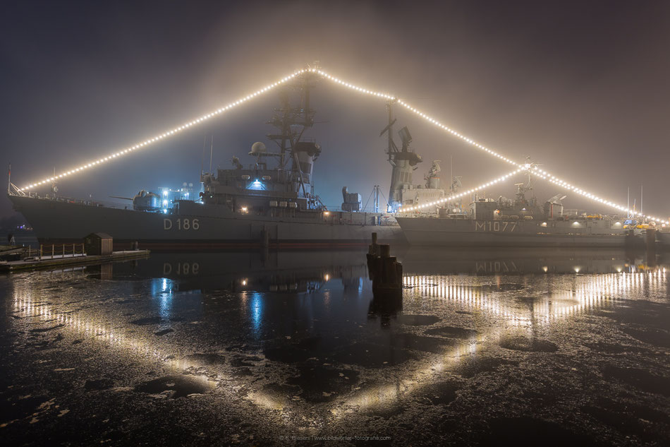 Beleuchtete Museumsschiffe des Deutschen Marinemuseums in Wilhelmshaven mit Zerstörer Mölders