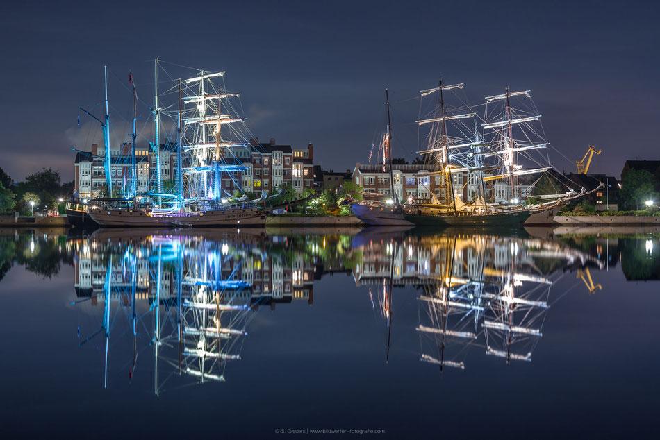 Beleuchtete Segelschiffe am Bontekai in Wilhelmshaven beim Wilhelmshaven Sailing-Cup