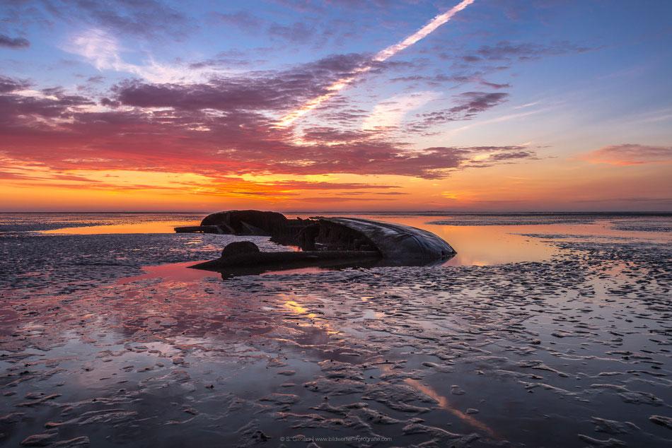 Sonnenaufgang am Schiffswrack vor Schillighörn im Landkreis Friesland Norddeutschland