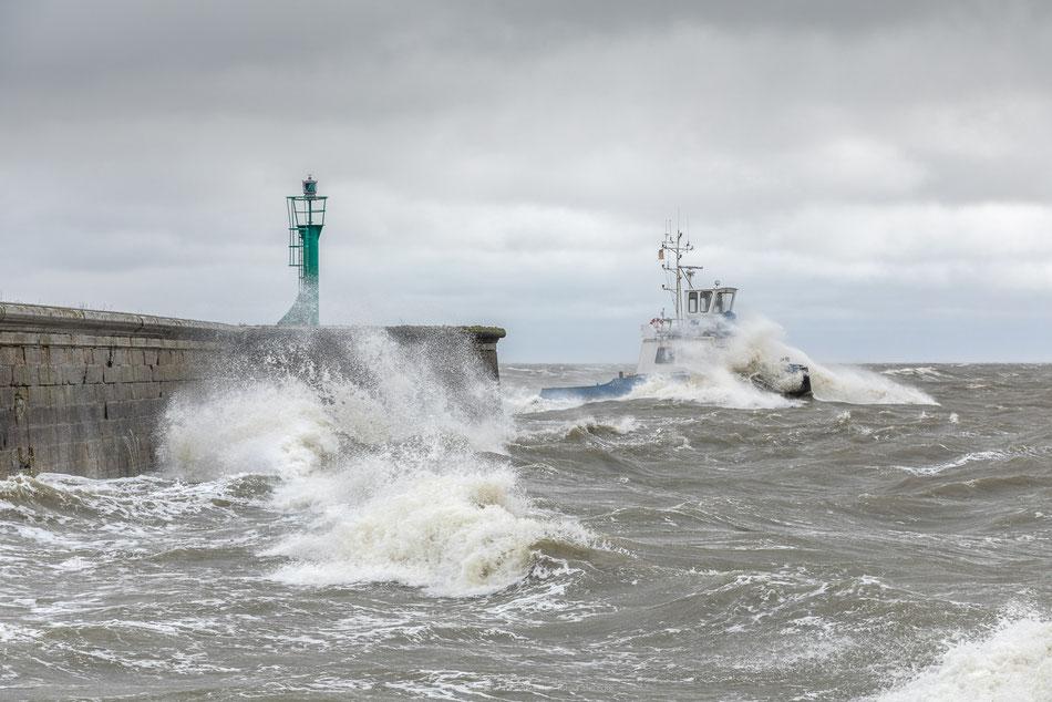 Sturm in Wilhelmshaven peitscht die Wellen auf und ein Makkerboot des Jade-Dienstes kämpft sich hindurch