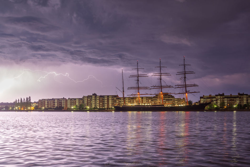 Gewitter in Wilhelmshaven, russisches Segelschulschiff Sedov am Bontekai.