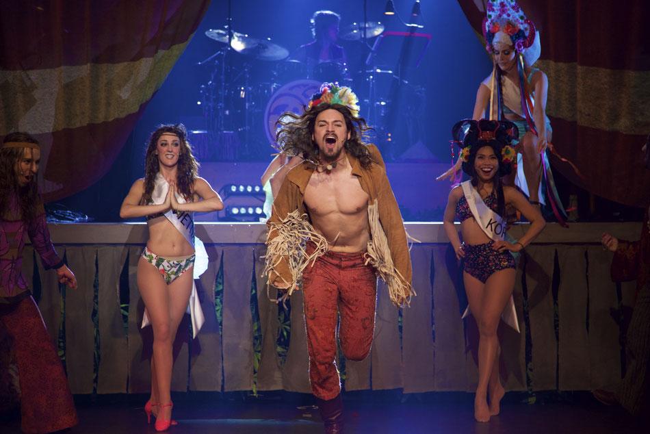 HAIR - The American Tribal Love Rock Musical  Premiere am 25. Februar um 19.30 in der Reithalle. Einführungsmatinee am 14. Februar im Akademietheater.  10. Februar 2016  Am 25. Februar feiert das Gärtnerplatztheater mit Galt MacDermots Rock Musical HAIR P