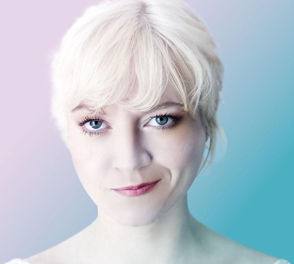 Nadine Zeintl  Solistin Nadine Zeintl wurde in Steyr (Oberösterreich) geboren und begann ihre Ausbildung im Fach Zeitgenössischer Tanz am Anton-Bruckner-Konservatorium in Linz. Anschließend studierte sie am Konservatorium in Wien Musikalisches Unterhaltun