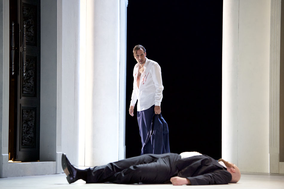 INHALT  Solange er lebt und atmet, wird es Don Giovanni nicht sein lassen, Jagd auf amouröse Abenteuer zu machen, auch wenn sein getreuer Diener Leporello bereits hunderte Eroberungen katalogisiert hat. Donna Elvira gehört bereits der Vergangenheit an, Do