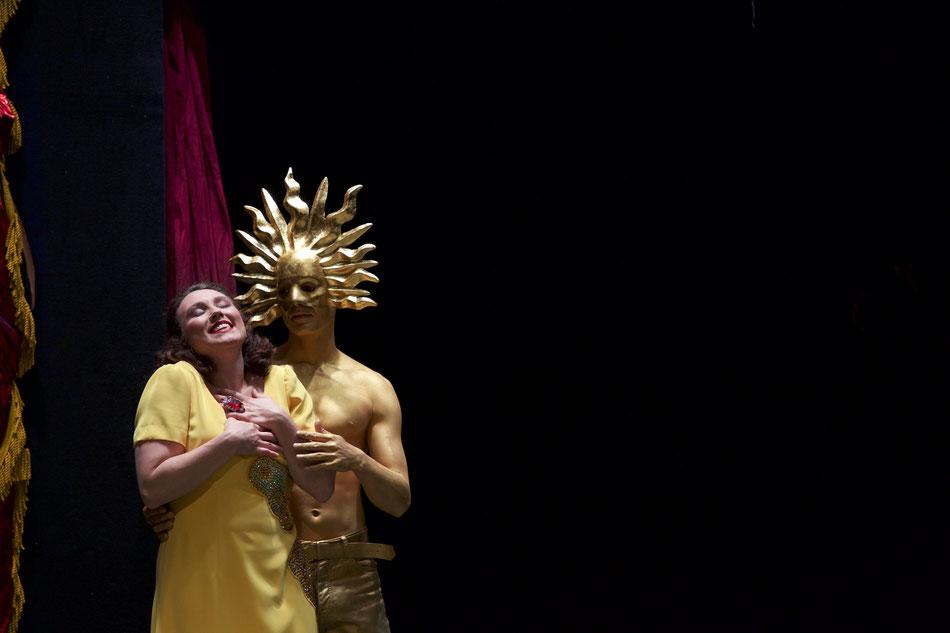 Dreiecksbeziehungen gibt es schon seit der Antike: Göttervater Jupiter liebt die sterbliche Prinzessin Semele von Theben und entführt sie vor der von ihrem Vater eingefädelten Hochzeit mit Prinz Athamas in seinen himmlischen Palast. Semele ist darüber seh