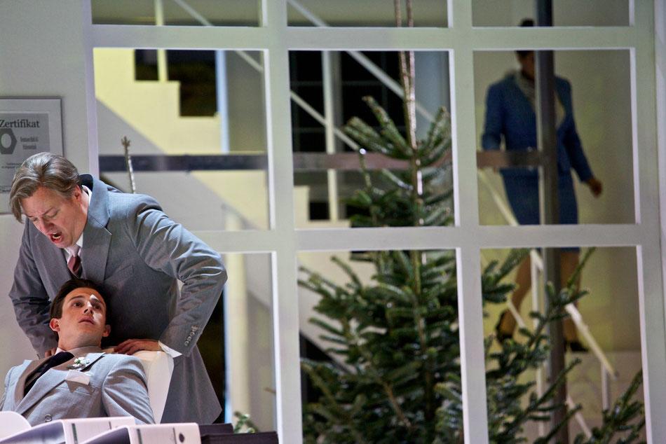 ONKEL PRÄSIDENT Musikalische Farce Uraufführung  von Friedrich Cerha und Peter Wolf frei nach dem Bühnenstück »Eins, zwei, drei« von Ferenc Molnár  Musikalische Leitung Marco Comin   Regie Josef E. Köpplinger   Bühne Johannes Leiacker   Kostüme Marie-Luis