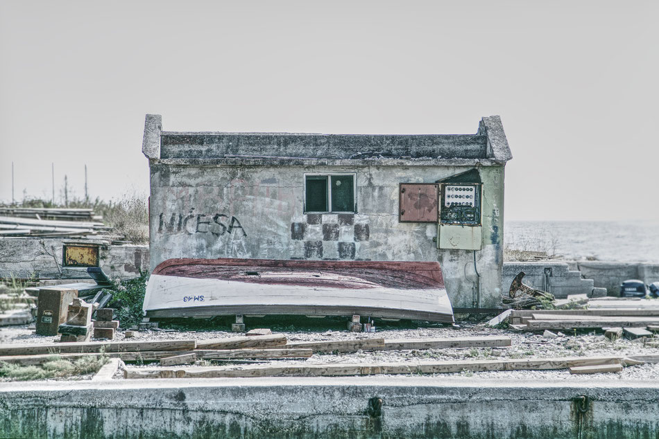 Foto aus Kroatien. Verfallene Schiffwerft.