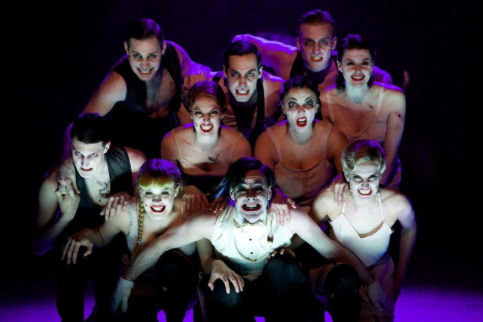 CABARET - Musical von John Kander  Einladung zur Premiere am 21. Februar 2013 um 19.30 Uhr in der Reithalle  12. Februar 2013  »Willkommen, Bienvenue, Welcome!«, so begrüßt allabendlich der Conférencier seine Gäste im Berliner Kit-Kat-Club Anfang der 1930