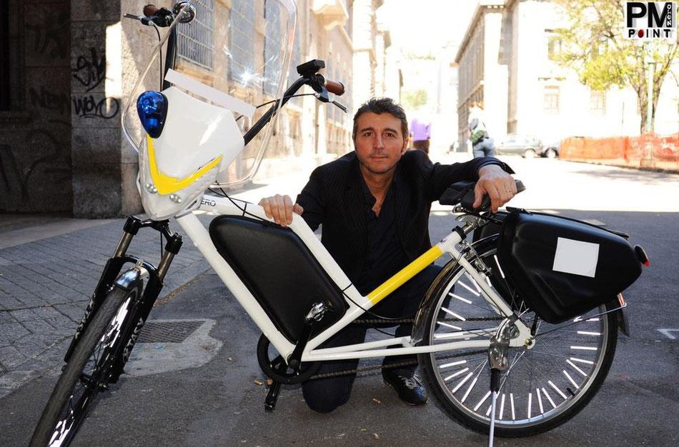 L'Inventore Marco Mazza posa con la sua creatura la bici elettrica Pmzero Welness Bike