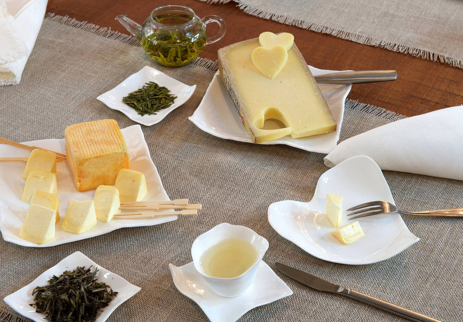 le thé et le fromage sur une belle table