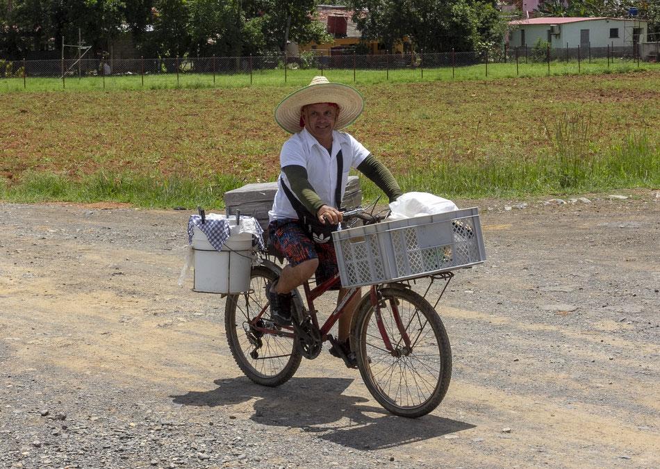 Maisto pardavėjas veža pietus Vinjaleso slėnyje dirbantiems tabako skynėjams