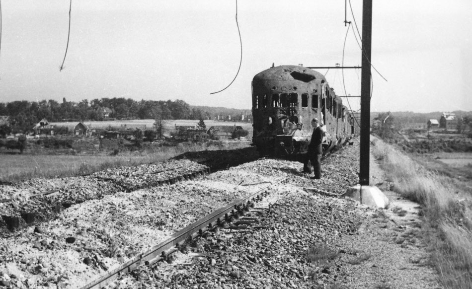 The damaged train with on the back ground houses at the (Utrechts Archief 160672)