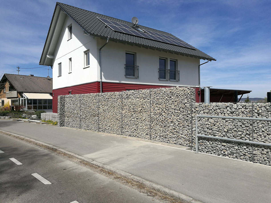 Gabionenwand an einer stark befahrenen Straße: 17 m Länge, 2,00 m Höhe, 30 cm Stärke. Der Kunde hat nun einen Sicht- und Lärmschutz!