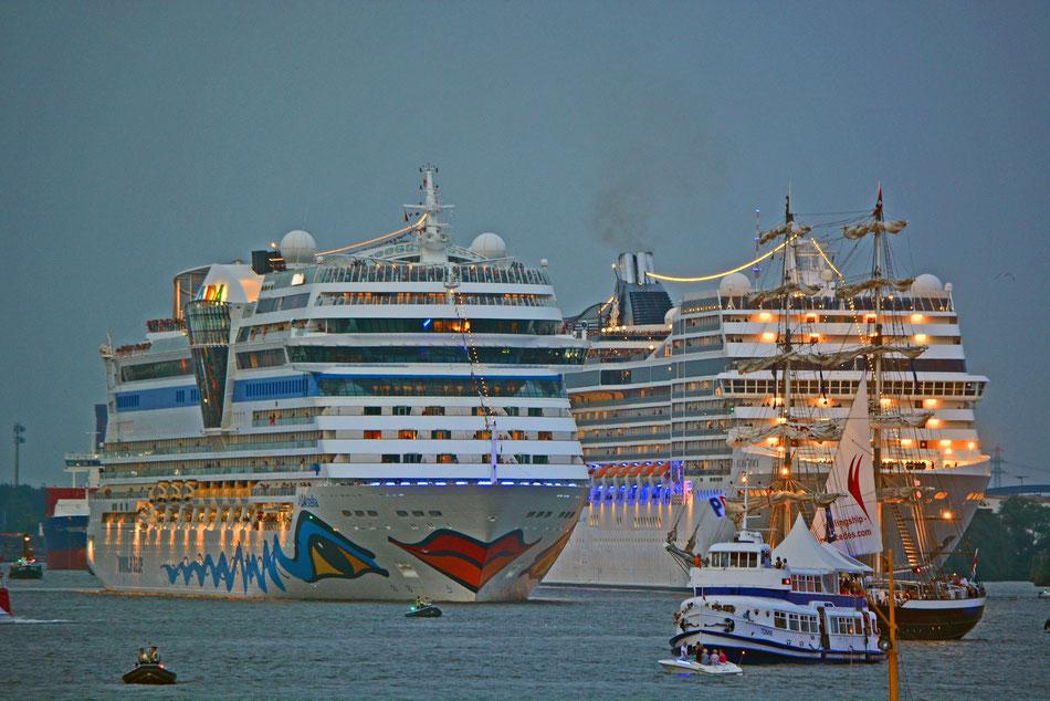 AIDAstella u. MSC MAGNIFICA zur Auslaufparade der Hamburg Cruise Days am 02.08.2014