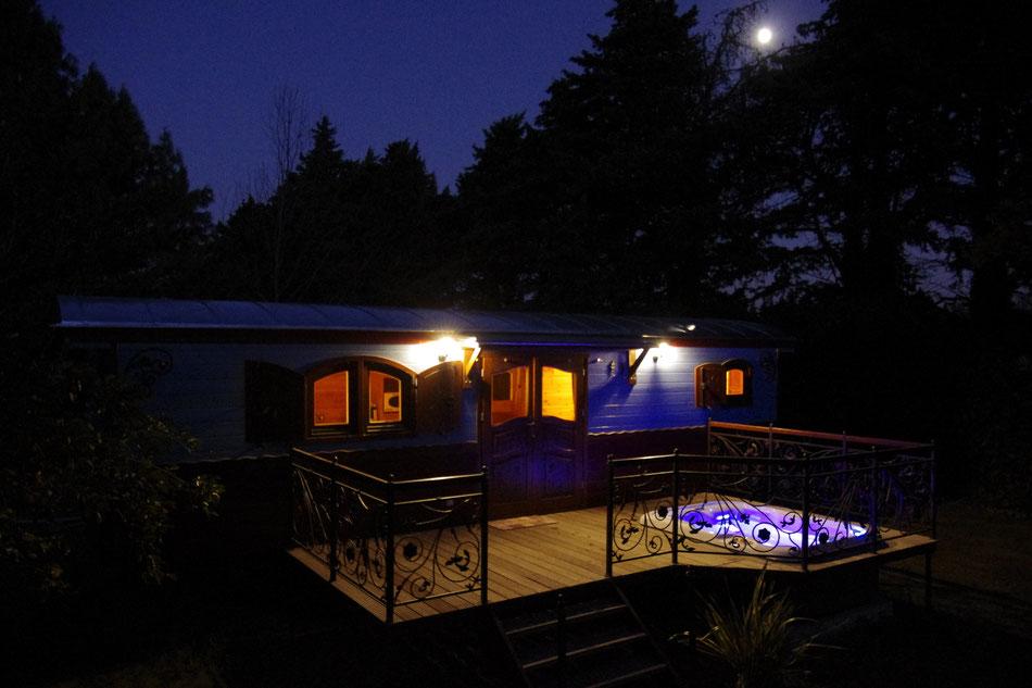 Der beleuchteter Spa in der Nacht