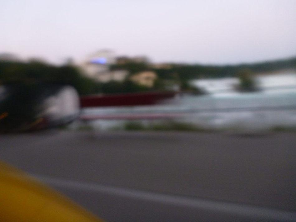Schemenhaft erkennbar: Rheinfall in der Dämmerung 😉 .