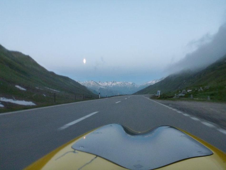 Blick vom Oberalppass Richtung untergehendem Vollmond – herrlich!