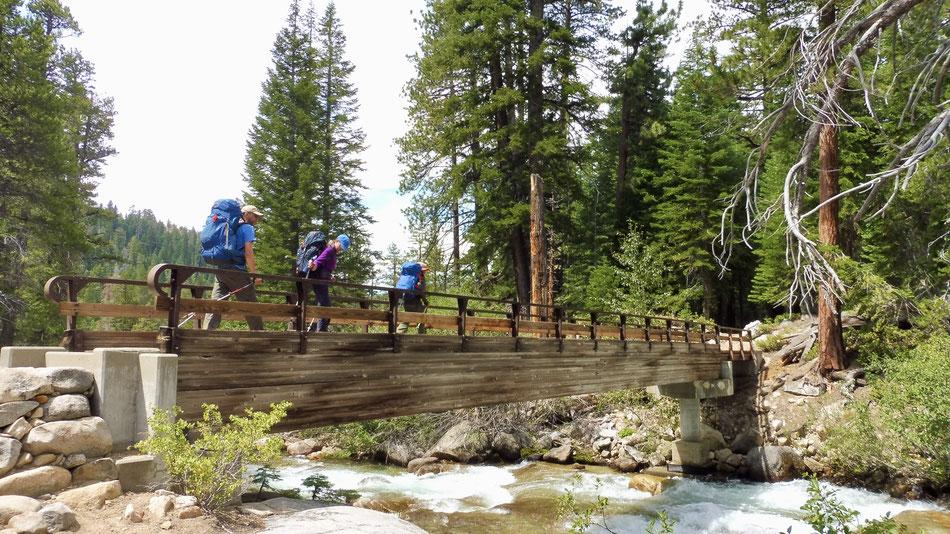 Die Brücke über Mono Creek auf dem Weg zu Silver Pass