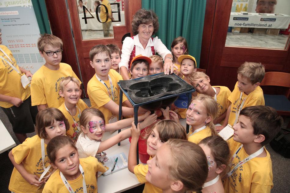 Seminarbäuerin Gerlinde Wiesinger mit den Teilnehmenden Kindern, Fotocredit: MediaGuide Events GmbH/Clemens Schmiedbauer