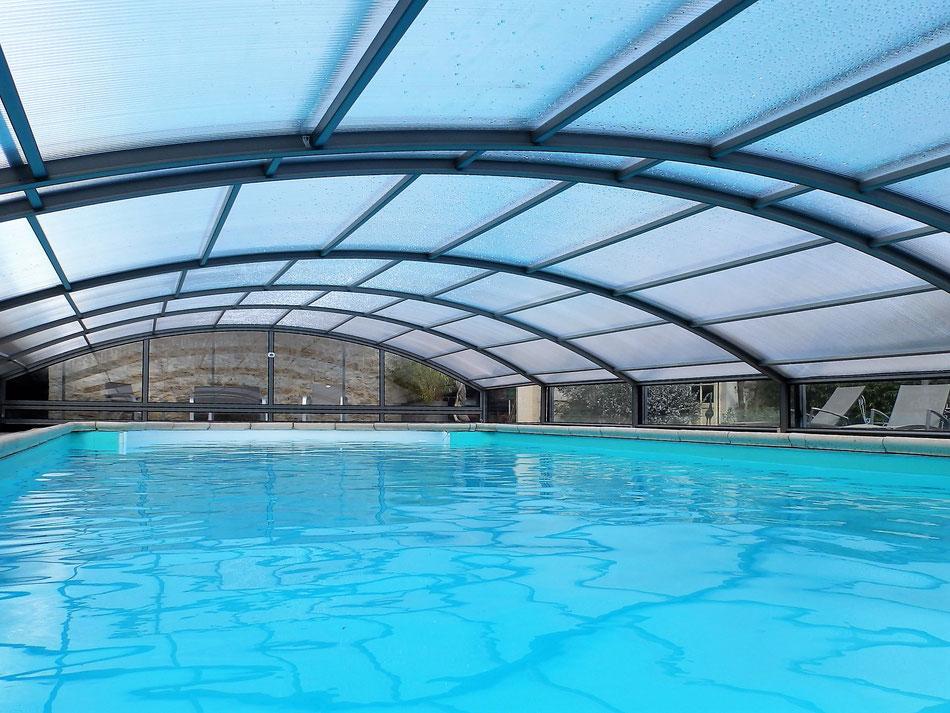 La  piscine n'est pas olympique (8m X 4m) mais le plaisir de se baigner sous abri peut être divin!